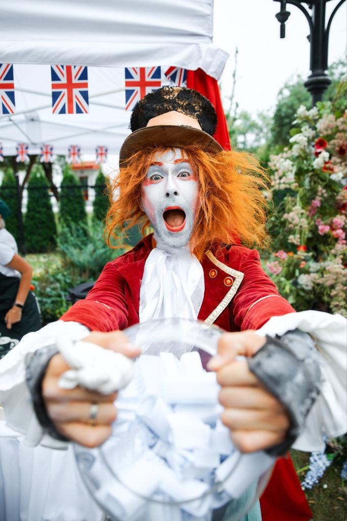 феерический стол Безумного Шляпника из Алисы - день рождения Английской королевы